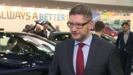 W tym roku na polski rynek trafi 8 tys. hybrydowych toyot. Popularność tego napędu wśród kierowców dynamicznie rośnie BIZNES, ,hybryda, napęd hybrydowy, Toyota, Auris, Yaris, premiera - W 2015 roku sprzedaż samochodów z napędem hybrydowym w Polsce wzrosła o blisko 40 proc. Toyota, która jest liderem rynku, sprzedała blisko 4 tys. takich aut. Japoński producent w tym roku chce podwoić sprzedaż, również dzięki rozszerzeniu oferty hybryd. Mowa o modelu RAV4 oraz najnowszej generacji Priusa. Do końca roku w ofercie pojawi się również crossover C-HR z napędem hybrydowym.