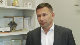 Właściciel marki odzieżowej Coccodrillo planuje otwarcie sklepu internetowego na Ukrainie i Słowacji INWESTOR, ,sklep internetowy, ekspansja zagraniczna, wzrost sprzedaży, Coccodrillo - Jeszcze w II kw. roku grupa CDRL zamierza uruchomić sklepy internetowe na Ukrainie i Słowacji. W dalszej perspektywie myśli też o e-handlu w Rumunii. W tym roku wystartowała już z takimi przedsięwzięciami w Czechach, Niemczech i Austrii. W I kw. cała sprzedaż internetowa firmy wzrosła ponaddwukrotnie.