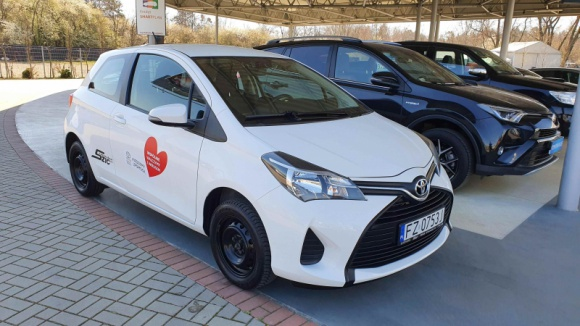 Toyota Financial Services przekazuje samochody dla szpitali zakaźnych Finanse, LIFESTYLE - Toyota Financial Services dołącza do akcji #jedziemyzpomoca, w ramach której wyposaży szpitale zakaźne we flotę samochodów. Obiekty polskiej służby zdrowia walczące obecnie z epidemią koronawirusa otrzymają 20 aut, które posłużą do celów transportowych.