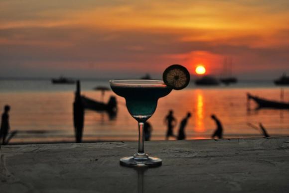 Alkoholowe trendy po kwarantannie – czego się spodziewać? BIZNES, Gospodarka - Zdejmowanie przez rząd kolejnych obostrzeń związanych z koronawirusem sprawia, że Polacy coraz chętniej odwiedzają restauracje. A ponieważ lato większość z nas spędzi w kraju, branża alkoholowa ma spore nadzieje na poprawę koniunktury.