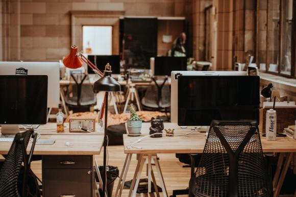 """Pracownicy odczuli presję powrotu do biura BIZNES, Gospodarka - Aż 47 proc. europejskich pracowników odczuło presję ze strony pracodawców, aby wrócić do pracy stacjonarnej – wynika z badania firmy ADP """"Workforce view 2020""""."""